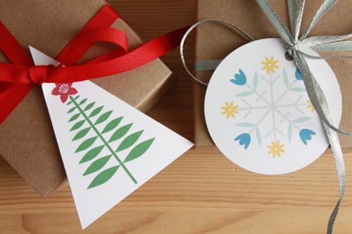 Dos tarjetitas, una circular y otra triangular en sus respectivos regalos